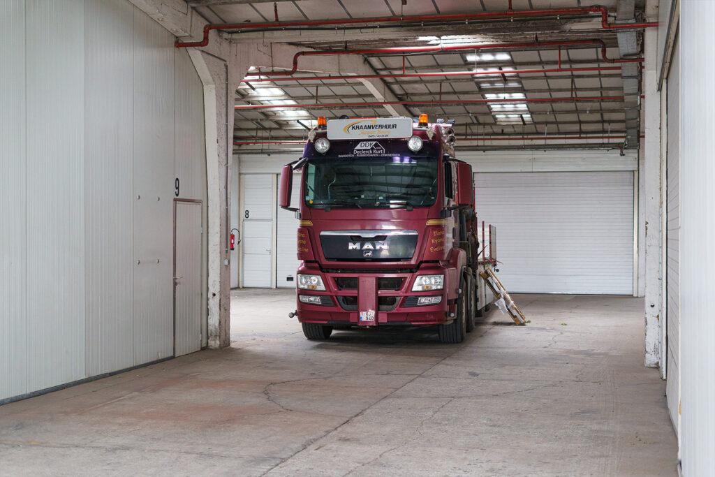 vrachtwagen in loods